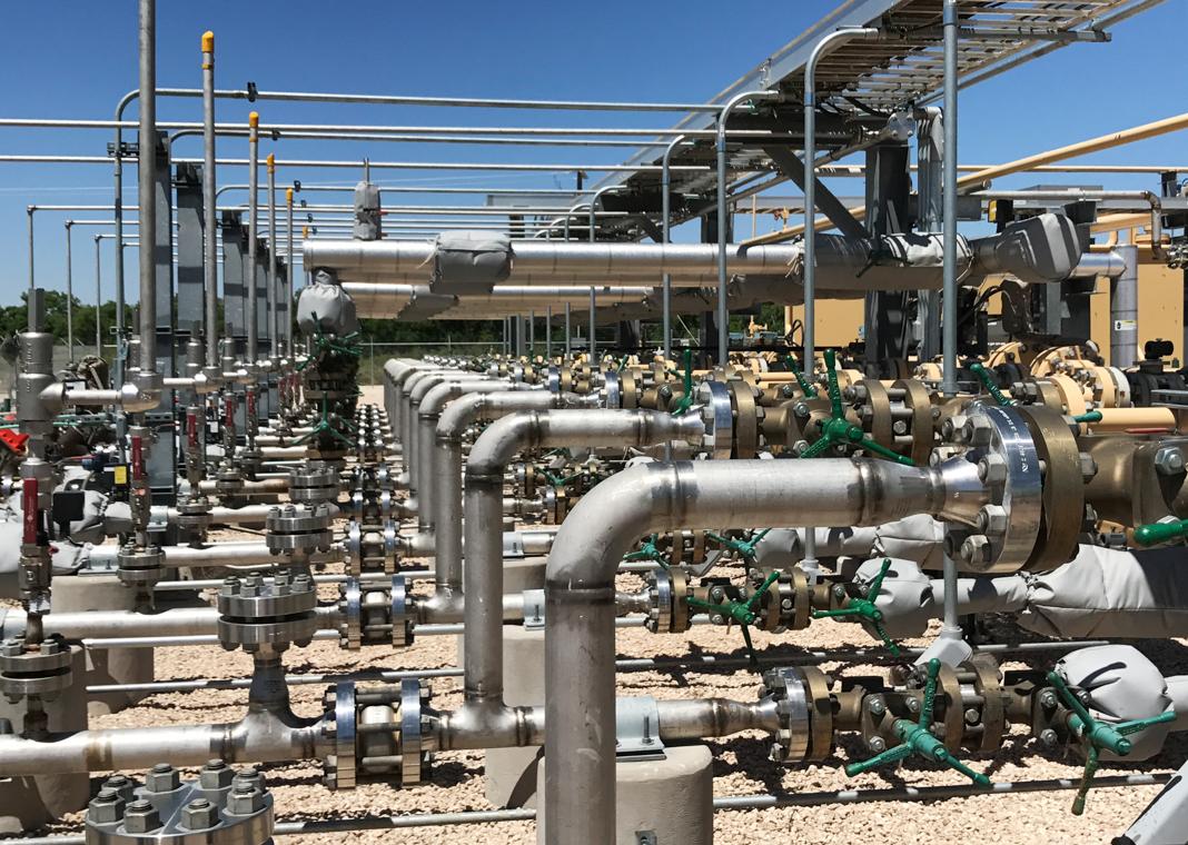 Une installation industrielle de pipelines et de tuyaux raccordés (© Ernest Scheyder/Reuters)
