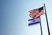 美以两国国旗迎风飘扬。