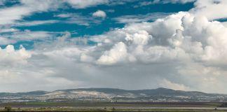 Nuvens e topo de montanha ao longe