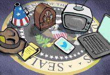 Illustration montrant un carnet de notes, un chapeau, un mégaphone, une radio, une télévision, un ordinateur portable et un smartphone surimposés sur le sceau présidentiel des États-Unis (Département d'État/Doug Thompson)