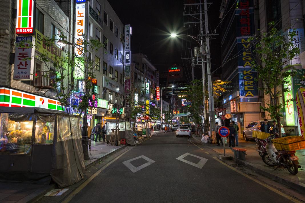 Night street scene in Seoul, South Korea (Shutterstock)