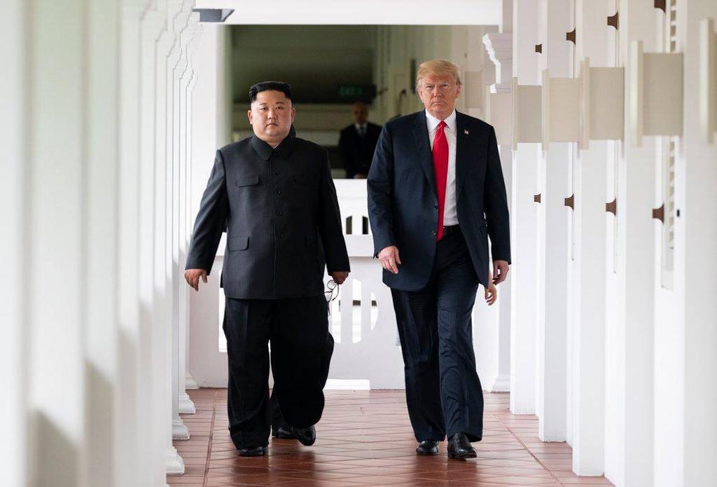 Deux hommes s'avançant le long d'un couloir (La Maison Blanche)