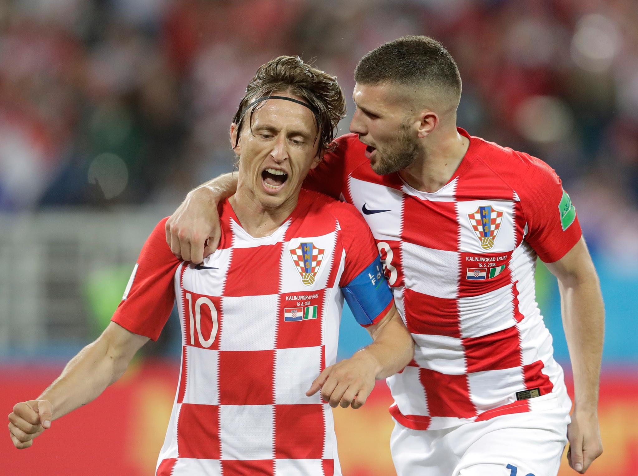 Deux joueurs de foot se serrant l'un contre l'autre (© Petr David Josek/AP Images)