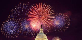 Queima de fogos de artifício atrás do Capitólio dos EUA (© AP Images)
