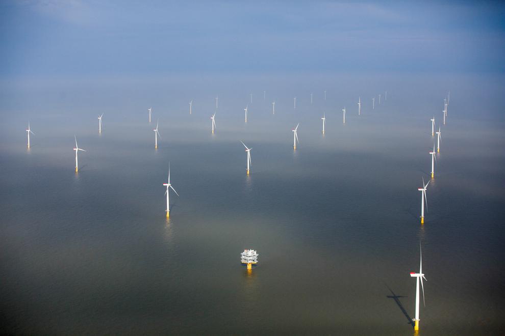 Turbinas de viento en un cuerpo grande de agua (© Simon Dawson/Bloomberg/Getty Images)