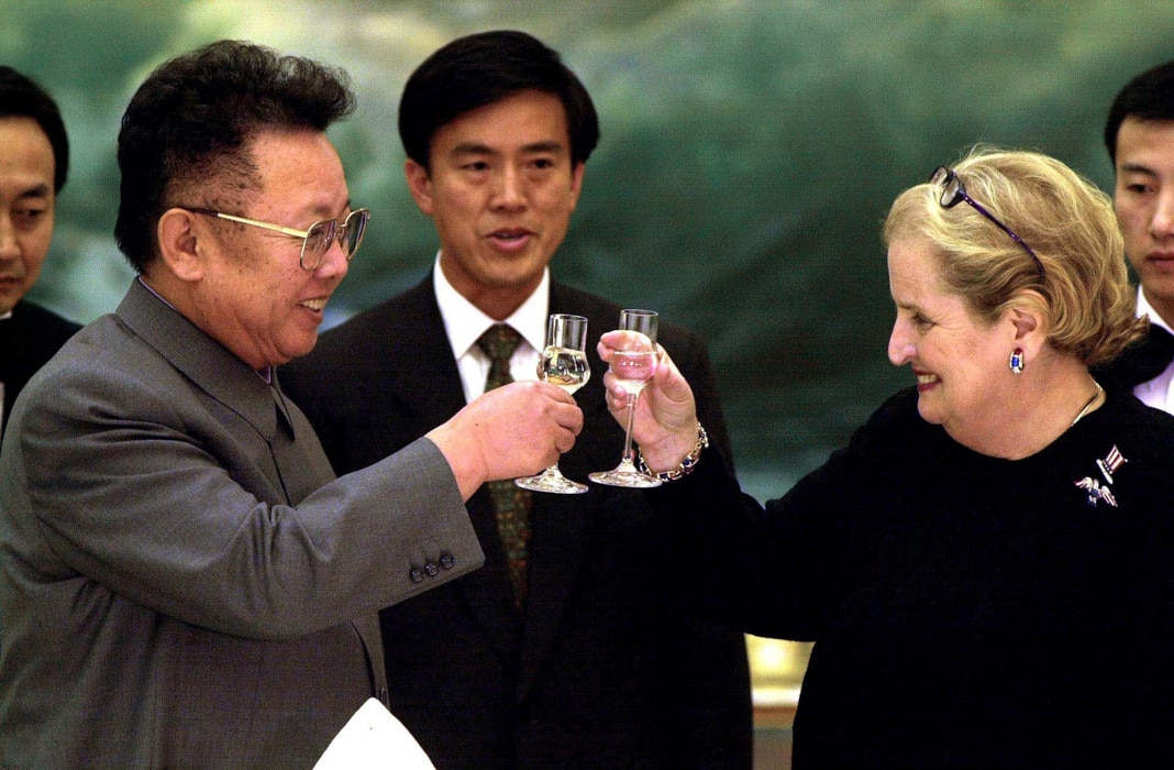 Man and woman toasting with champagne glasses (© Chien-Min Chung/AFP/Getty Images)