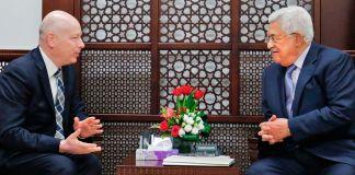 Dois homens conversam sentados e separados por uma mesinha (© Abbas Momani/AFP/Getty Images)