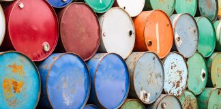 Barris de óleo coloridos empilhados (Shutterstock)
