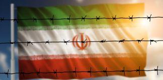 Bandera y alambre de púas (Shutterstock)