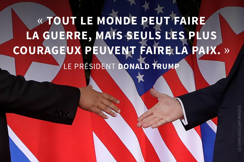 Deux mains tendues l'une vers l'autre, avec des drapeaux en arrière-plan, et une citation sur la photo (© Evan Vucci/AP Images)