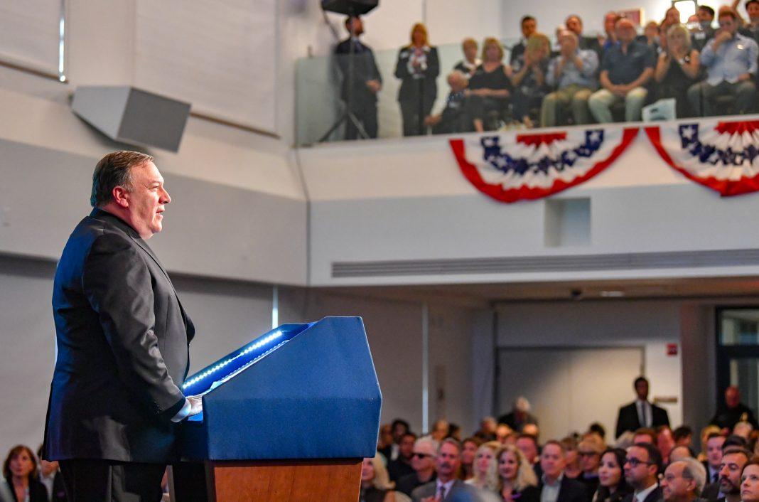 Pompeo falando no púlpito (Depto. de Estado dos EUA)