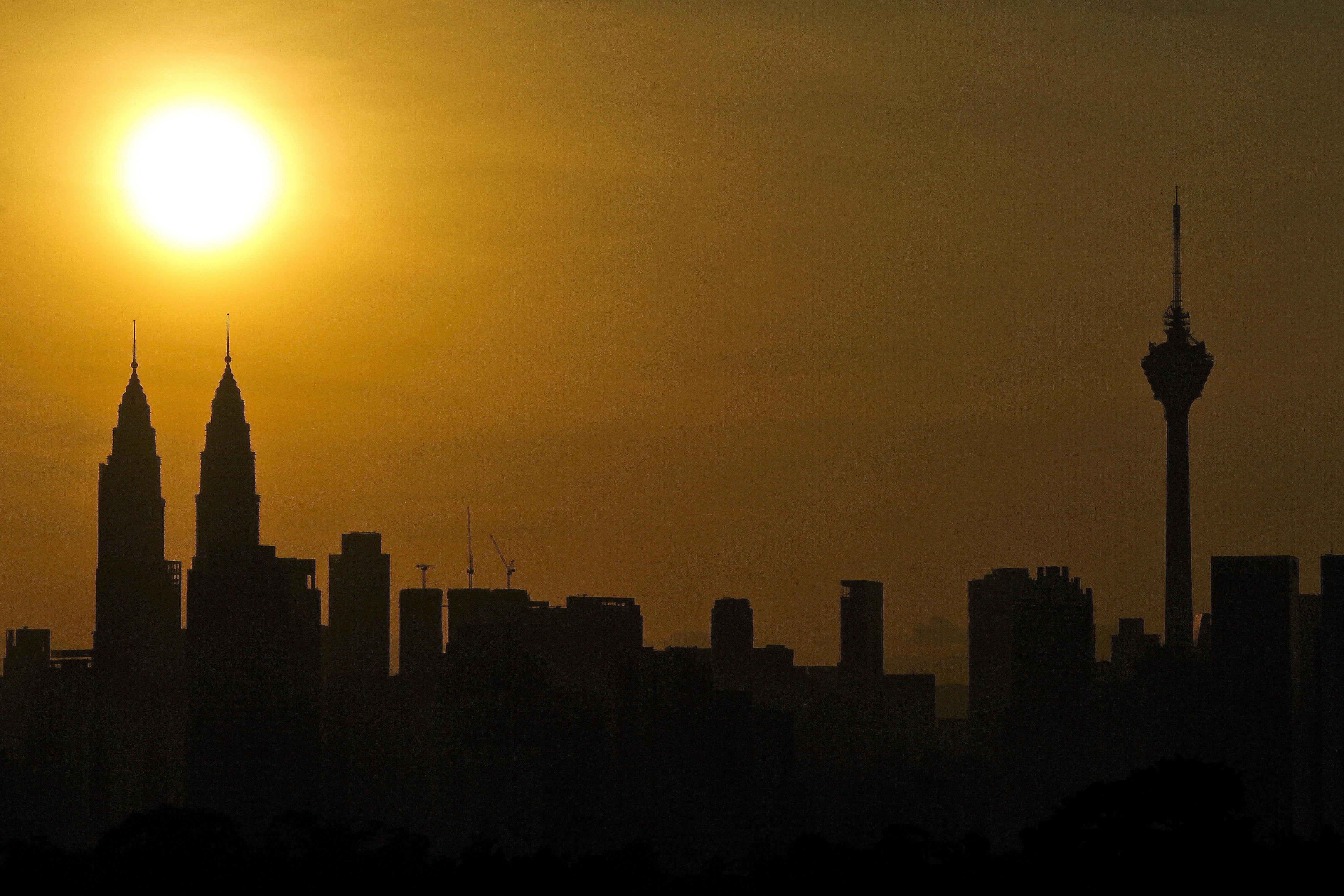 Matahari terbit di atas lanskap kota (©Sadiq Asyraf/AP Images)