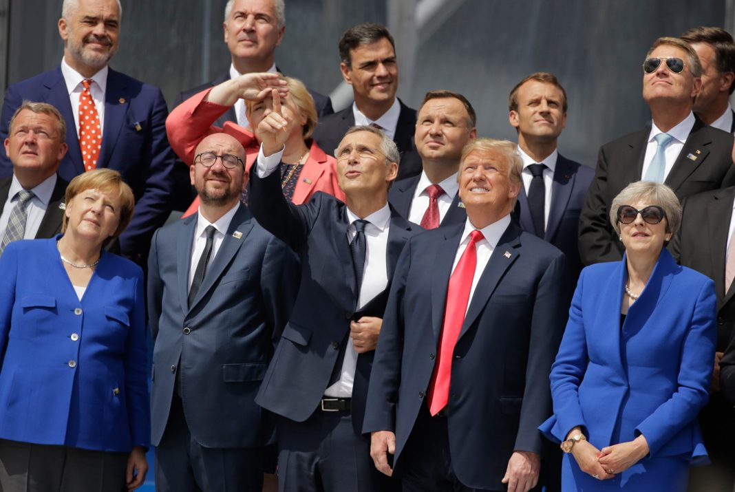 Líderes políticos miran hacia el firmamento (© Markus Schreiber/AP Images)