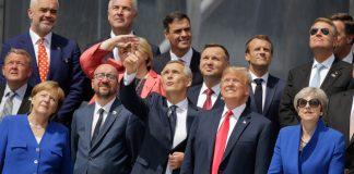 Líderes políticos olham para o céu (© Markus Schreiber/AP Images)