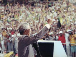 Nelson Mandela waving to crowd (© David Longstreth/AP Images)