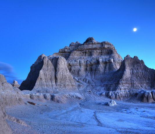 """ساؤتھ ڈکوٹا کے """"بینڈ لینڈز"""" میں رات کے وقت نمودار ہوتے ہوئے چاند کا ایک منظر۔ (© Daniel Regner/Getty Images)"""