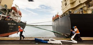 Trabajadores en un muelle de carga (© Trevor Snapp/Bloomberg/Getty Images)