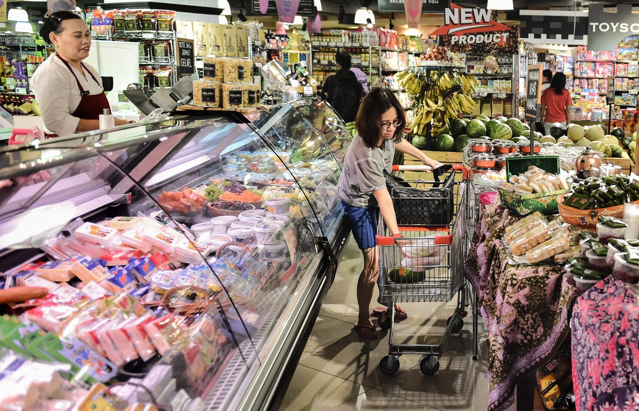 People in grocery store (© Bay Ismoyo/AFP/Getty Images)