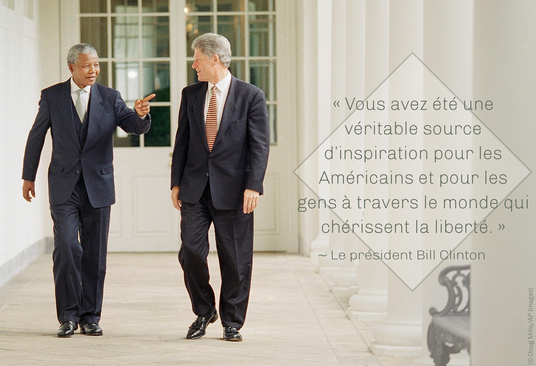 Photo de Mandela et du président Clinton en train de marcher dehors, avec une citation de Clinton sur le pouvoir qu'a Mandela d'être une source d'inspiration (© Doug Mills/AP Images)