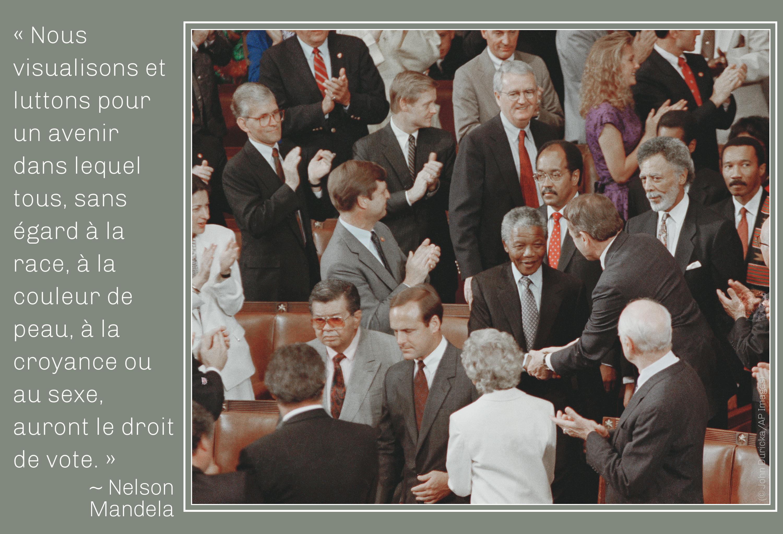 Photo de Mandela parmi les membres du Congrès, avec une citation de lui sur le droit de vote (© John Duricka/AP Images)