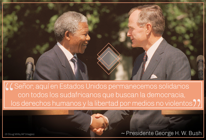Foto de Mandela y el presidente George H.W. Bush dándose la mano, cita de Bush sobre la solidaridad (© Doug Mills/AP Images)