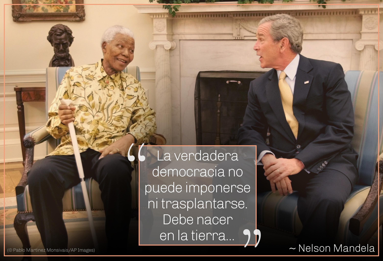 Foto de Mandela y el presidente George W. Bush sentados, cita de Mandela sobre la democracia que nace del propio país (© Pablo Martinez Monsivais/AP Images)
