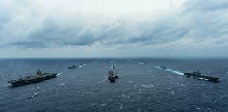 Navires de guerre naviguant en formation (DOD/U.S. Navy Petty Officer 3rd Class Leon Wong)