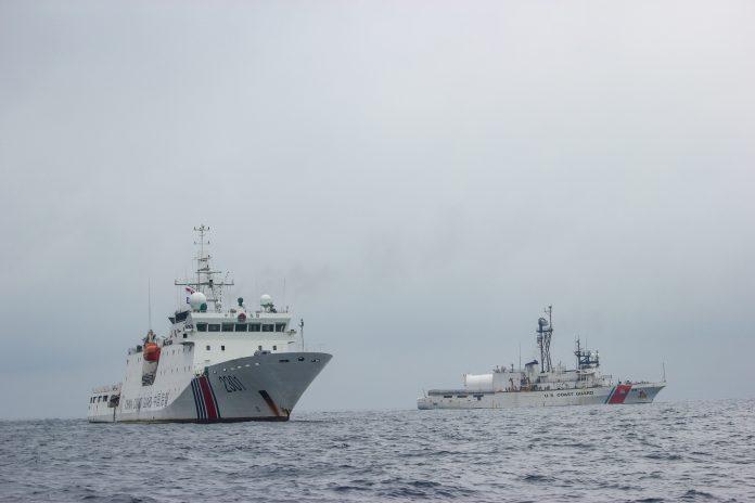 Dois navios no mar (Guarda Costeira dos EUA)