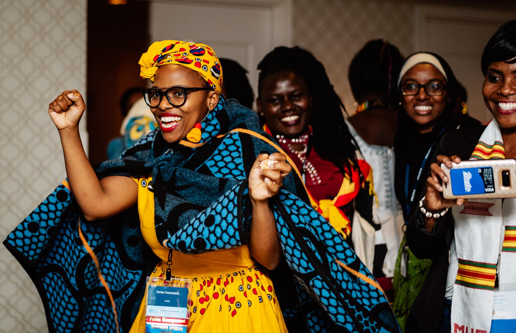 身穿民族服装的欢笑的非洲女青年 (Daniel Durazo/State Dept.)