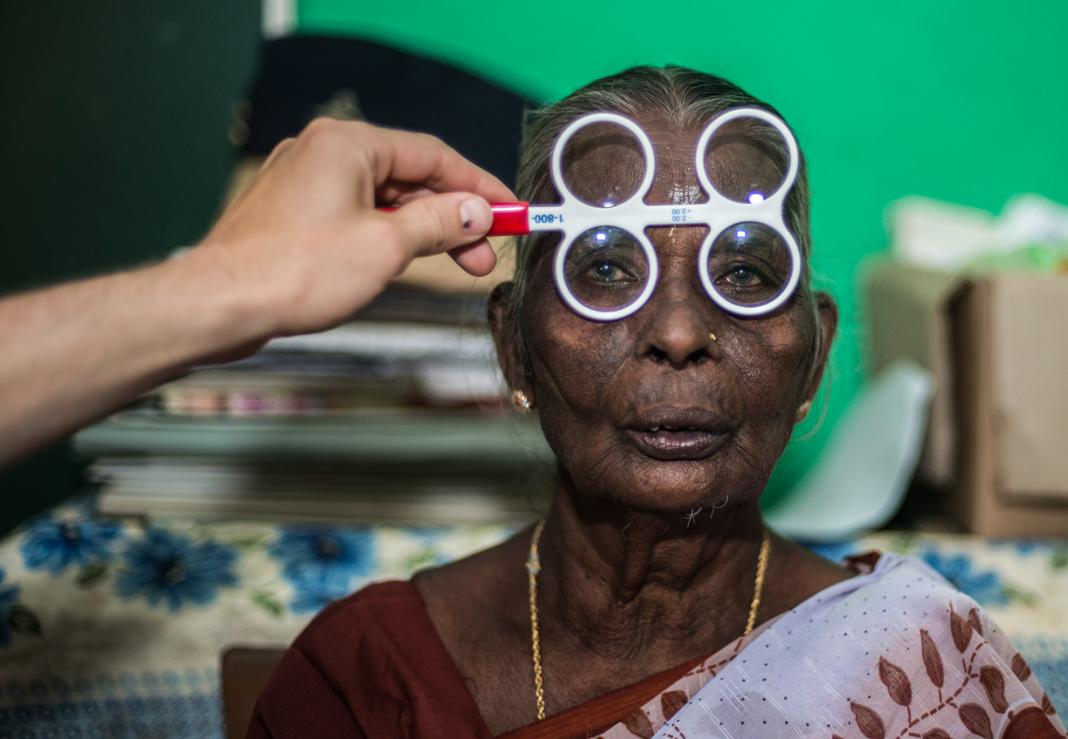 Une femme avec des lunettes d'évaluation à quatre verres devant les yeux (U.S. Air Force Senior Airman Brittany A. Chase)