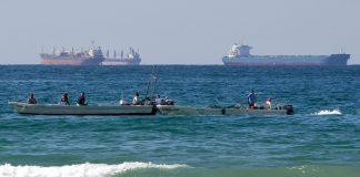 Vía de navegación con tanqueros de petróleo y barcos de pesca (© Kamran Jebreili/AP Images)