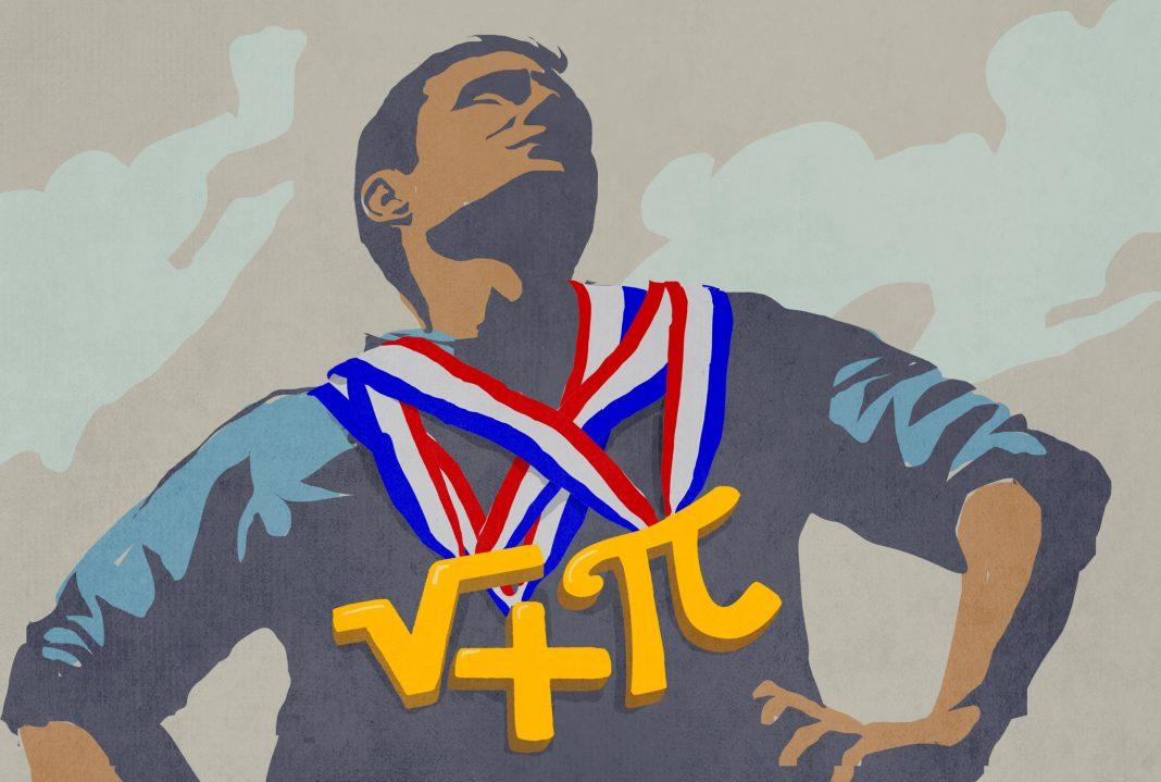 Homem com três medalhas de símbolos matemáticos penduradas no pescoço (Doug Thompson/Depto. de Estado)