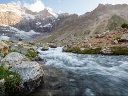 Río con rápido caudal en una montaña (© Shutterstock)