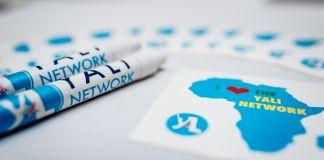 Bolígrafos y lápices con el logotipo de la red YALI (Depto. de Estado/D. Durazo)