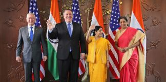 Messieurs Mattis et Pompeo et mesdames Swaraj et Sitharaman debout devant des drapeaux(© Manish Swarup/AP Images)