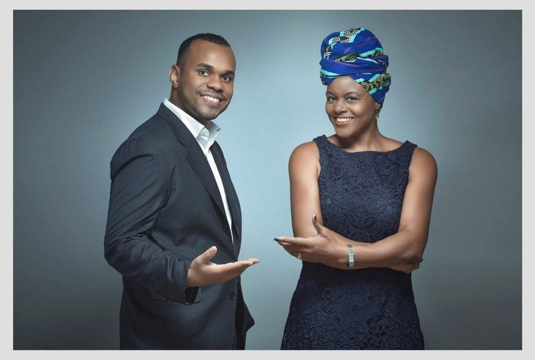 Un homme et une femme souriants, debout l'un à côté de l'autre (© Ovamba)