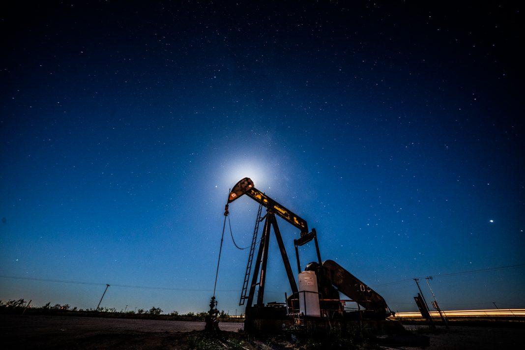 Pozo de petróleo visto en la noche (© Benjamin Lowy/Getty Images)