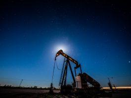 Poço de petróleo visto à noite (© Benjamin Lowy/Getty Images)