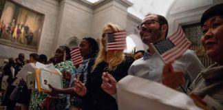 این مردم خندان با پرچم های کوچک آمریکا شهروند تازه هستند (عکس از جیم واتسون/ آژانس خبری فرانسه و عکس های گتی)