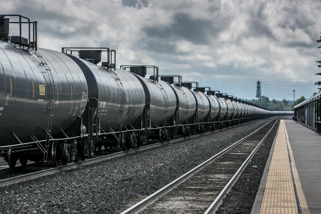 Tren de carga arrastra vagones con tanques cargados con petróleo crudo. (© George Rose/Getty Images)