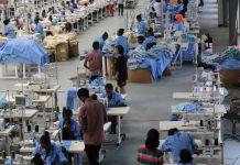 Des ouvriers dans une usine de fabrication de vêtements (© PVH)