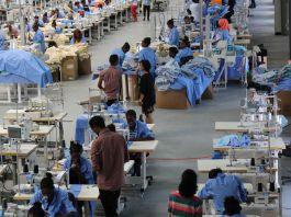 Trabajadores en talleres de costura fabricando ropa (© PVH)