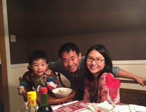 کودکی در کنار یک زن و یک مرد. (عکس خانواده وانگ/دانشگاه پرینستون/رویترز)