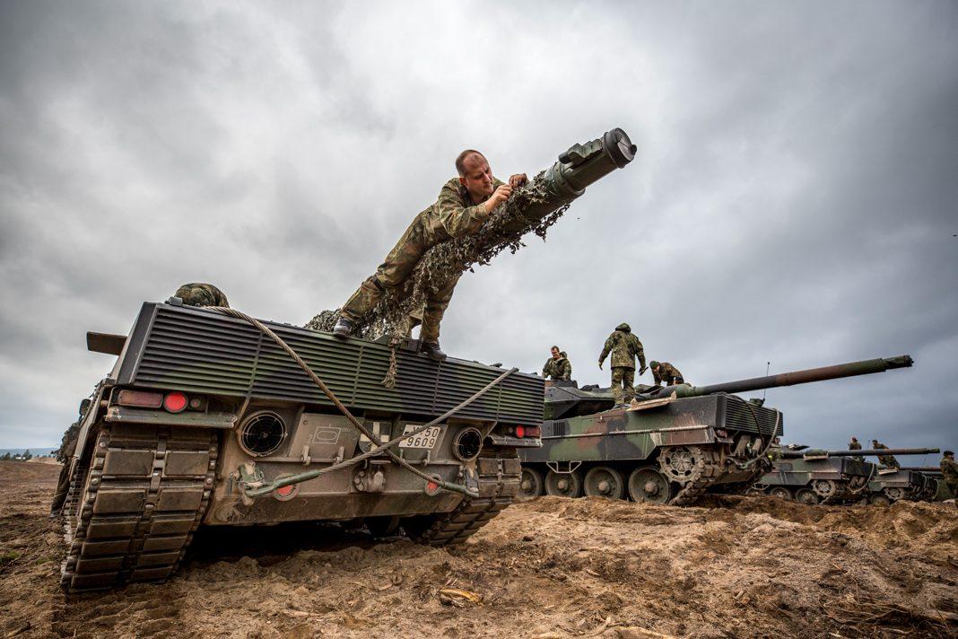军人给坦克披上迷彩(German Army/SGM Marco Dorow)