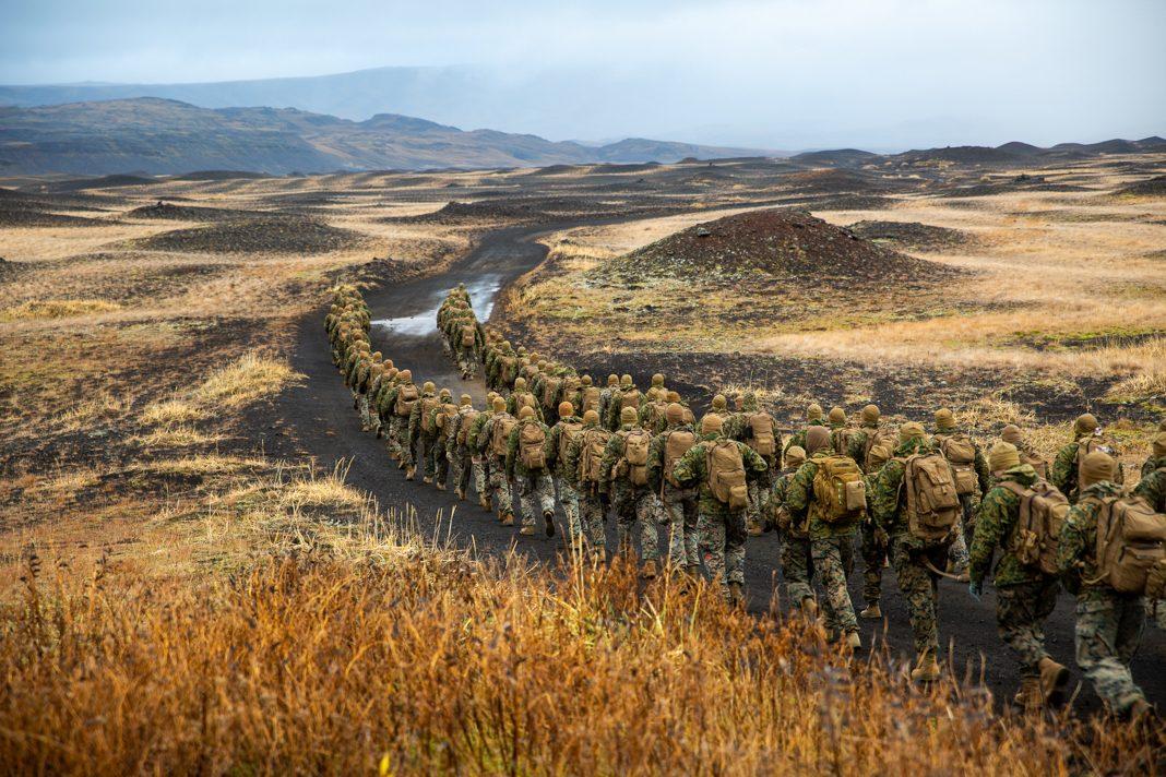 身着迷彩服的一长排军人在荒野中行进(U.S. Marine Corps/Lance Corporal Menelik Collins)
