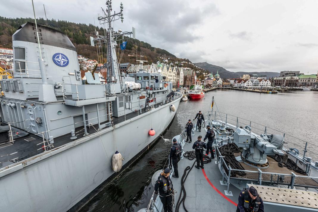 قوارب عسكرية على متنها أفراد ترسو في مرفأ نرويجي (NATO/Warrant Officer Fran C. Valverde)
