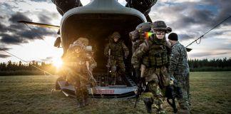 Militares saem rapidamente de helicóptero (Capitão Evert-Jan Daniels/Comando Conjunto das Forças Aliadas de Nápoles)