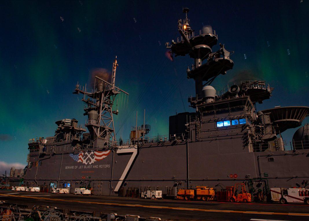 夜晚北极光下的军舰(U.S. Navy/Mass Communication Specialist Kevin Leitner)