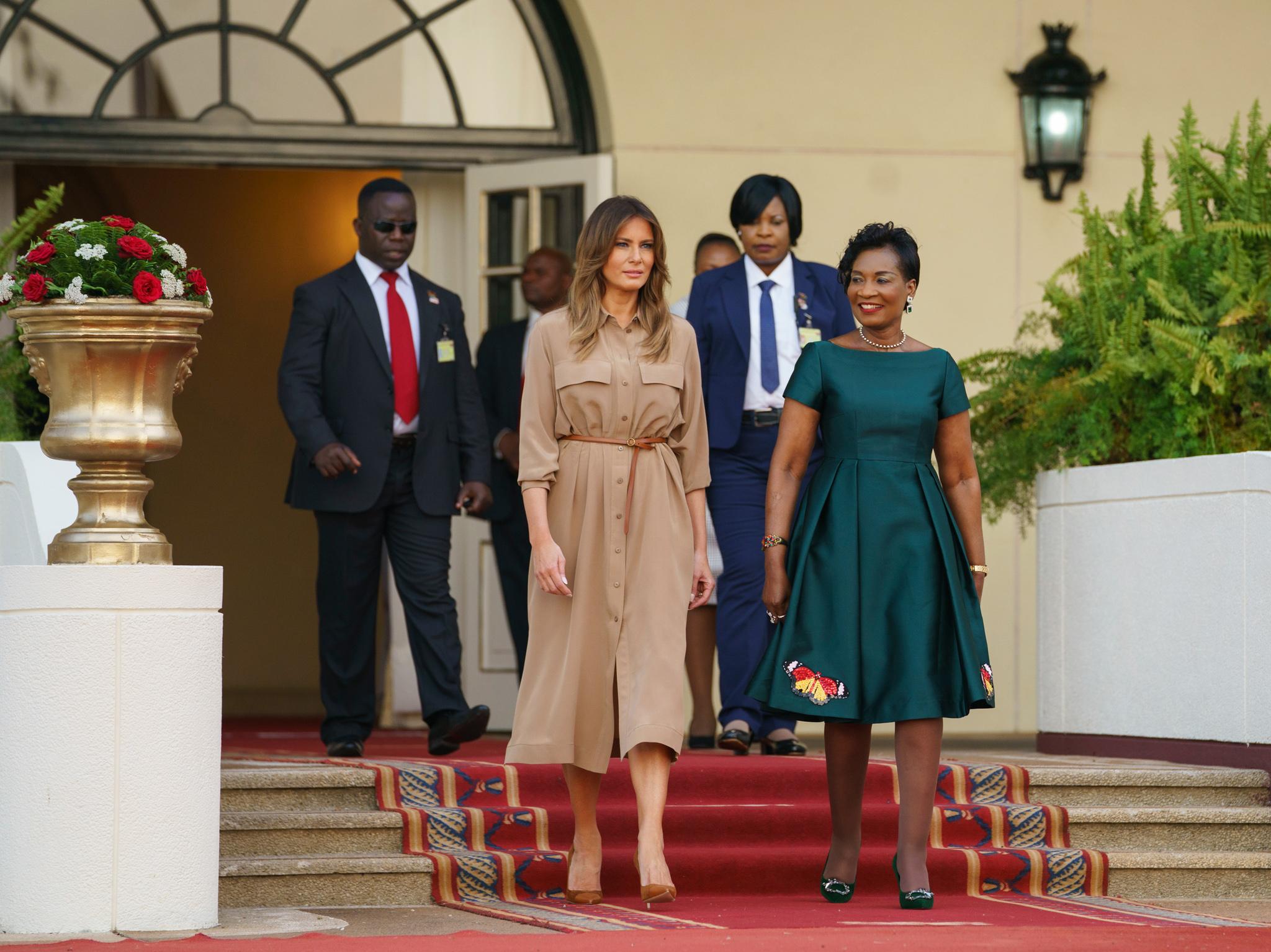 Melania Trump y Gertrude Maseko salen de la Cámara del Estado de Malaui (© Carolyn Kaster/AP Images)