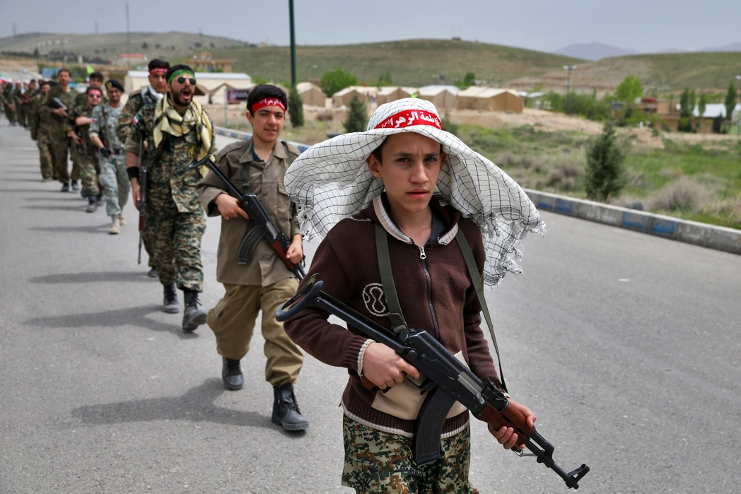 Jovens soldados marchando (© Ebrahim Noroozi/AP Images)
